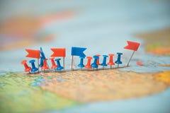 Pinpoint marcado da cidade do pino das bandeiras de país do mapa do mundo Foto de Stock Royalty Free