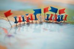 Pinpoint marcado da cidade do pino das bandeiras de país do mapa do mundo Imagens de Stock