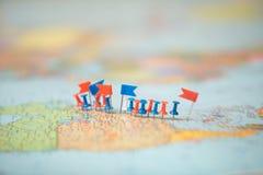 Pinpoint marcado da cidade do pino das bandeiras de país do mapa do mundo Fotografia de Stock Royalty Free
