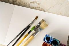 Pinsel, Acrylfarbe auf einem Weißbuch für das Zeichnen Stockbild