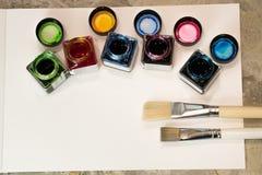 Pinsel, Acrylfarbe auf einem Weißbuch für das Zeichnen Stockfotos
