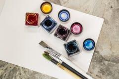 Pinsel, Acrylfarbe auf einem Weißbuch für das Zeichnen Lizenzfreies Stockfoto