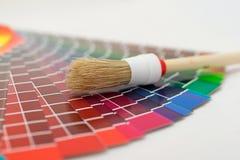 Pinsel auf Farbendiagramm Stockbild