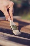Pinsel auf Holztischgebrauch für das Haus verziert Haus renova Stockfotos