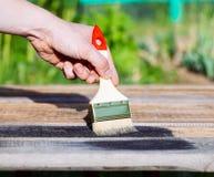 Pinsel auf Holztischgebrauch für das Haus verziert Haus renova Lizenzfreies Stockfoto