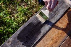 Pinsel auf Holztischgebrauch für das Haus verziert Haus renova Lizenzfreie Stockfotos