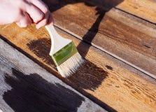 Pinsel auf Holztischgebrauch für das Haus verziert Haus renova Lizenzfreie Stockfotografie