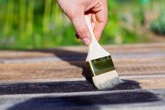 Pinsel auf Holztischgebrauch für das Haus verziert Haus renova Lizenzfreies Stockbild