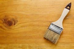 Pinsel auf lackiertem hölzernem Brett mit Platz für Text Lizenzfreies Stockbild