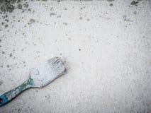 Pinsel auf staubigem grauem Hintergrund Stockfotografie