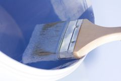 Pinsel in der purpurroten Farbenreparatur lizenzfreie stockfotos
