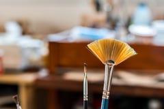 Pinsel in einer Malereiwerkstatt Stockfotos