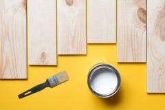 Pinsel-, hölzerneplanke und Farbe stockbilder