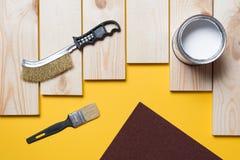 Pinsel-, hölzerneplanke und Farbe lizenzfreie stockfotografie