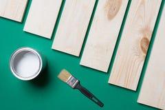 Pinsel-, hölzerneplanke und Farbe lizenzfreie stockfotos