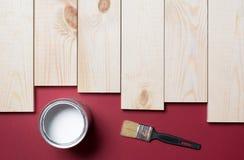 Pinsel-, hölzerneplanke und Farbe stockfotos