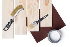 Pinsel-, hölzerneplanke und Farbe auf Weiß stockfoto