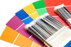Pinsel mit Farben-Proben Stockfotos