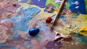 Pinsel mit nasser Acrylfarbe auf einer Farbe befleckte Segeltuch Stockbild