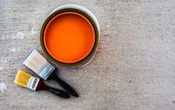Pinsel mit offener Farbe kann Stockfoto