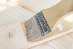 Pinsel mit SchellackÖlfarbe auf Holz stockfotografie