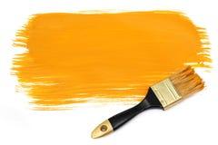 Pinsel und gelber Lack Stockfotografie