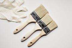 Pinsel und Latex Handschuhe lizenzfreie stockfotografie