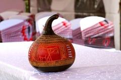 A pintó al guardia artístico hecho a mano utilizado como artículo decorativo en una ceremonia que se casaba africana fotos de archivo libres de regalías