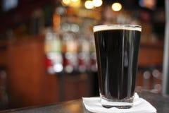 Pint dunkles Bier Stockbild