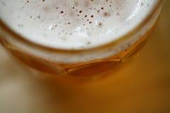 Pint-Glas Lager-Bier mit Schaumkopf-Nahaufnahmemakro Stockfotografie