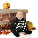Pint-Sized Halloween skelett Royaltyfri Foto