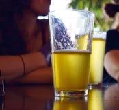 Pint van bier op een bar royalty-vrije stock afbeeldingen