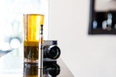 Pinta da cerveja com um e-cigarro e uma câmera fotografia de stock royalty free