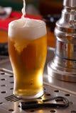 Pinta de cerveza dorada Foto de archivo