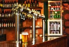 Pinta de cerveza en una barra en un pub del estilo tradicional fotos de archivo libres de regalías