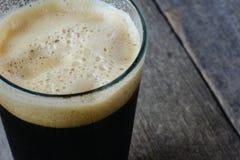 Pinta de cerveza oscura Fotografía de archivo libre de regalías