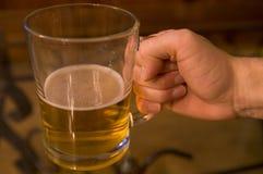 Pinta de consumición del hombre de cerveza Fotografía de archivo