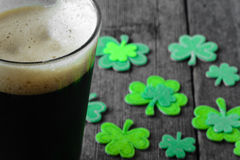 Pinta di birra corpulenta con l'acetosella verde Fotografie Stock