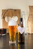 Pinta di birra schiumosa con un cuore Fotografie Stock Libere da Diritti