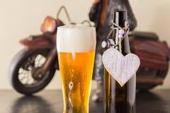 Birra dorata raffreddata in un vetro. Fotografia Stock Libera da Diritti