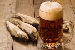 Pinta di birra e dei pesci essiccati Immagine Stock