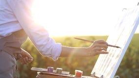 Pinta una pintura en lona almacen de metraje de vídeo
