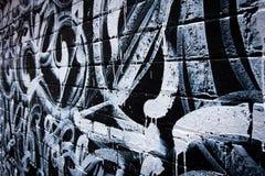 Pintada blanco y negro en la pared de ladrillo Imágenes de archivo libres de regalías