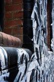 Pintada blanco y negro en la pared de ladrillo Foto de archivo