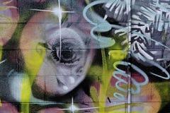Pintada colorida en la pared de ladrillo texturizada Fotos de archivo