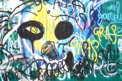 Pintada colorida en una pared de madera Fotos de archivo