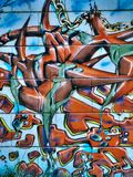 Pintada de la calle en las formas y la cadena públicas del extracto de la pared Novi Serbia triste 08 14 2010 Fotos de archivo libres de regalías