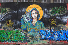 Pintada de la muchacha atractiva con el equipo estéreo portátil en ella Fotos de archivo