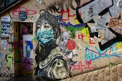 Pintada de la muchacha en facemask en la calle de París imagen de archivo libre de regalías