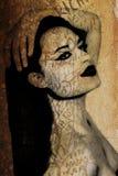 Pintada de una mujer hermosa en una pared antigua Foto de archivo libre de regalías